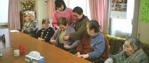Ancianos en una residencia. (Foto: www.nippon.com)