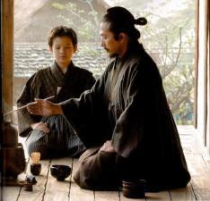 Chakai entre dos. (Fotograma de El último samurái, 2004)
