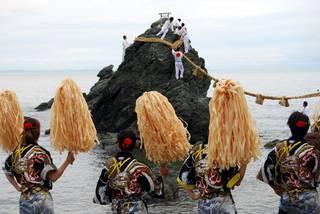 Ceremonia ante las Rocas Casadas. (Foto: www.fpcj.jp)