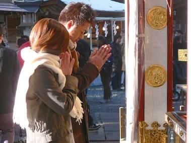 Jóvenes japoneses rezando. (Foto: Wikimedia Commons)