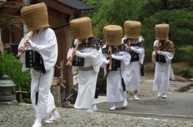 Monjes Komusô tocando shakuhachi. (Fuente: Wikimedia Commons)