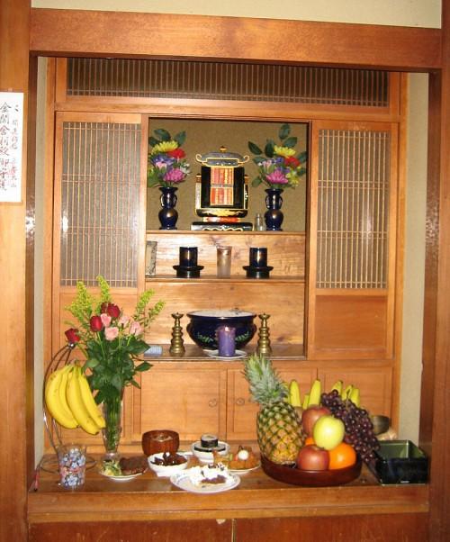 Butsudan o altar familiar. (Fuente: Wikimedia Commons)