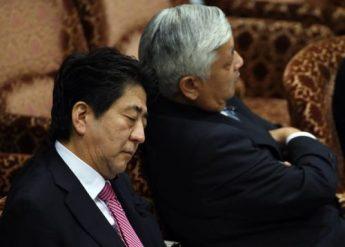 """Shinzô Abe y Gen Nakatani practican inemuri (dormirse) en medio de una""""bronca"""" parlamentaria el año pasado. Fuente: The Daily Mirror"""