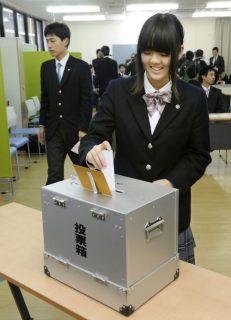 Jóvenes japoneses en una votación escolar. Fuente: The Japan Times