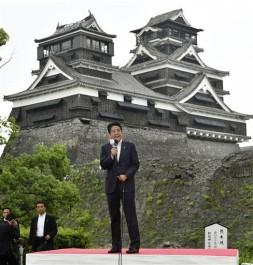 Shinzô Abe abre la campaña electoral junto al castillo de Kumamoto. Fuente: The Jakarta Post