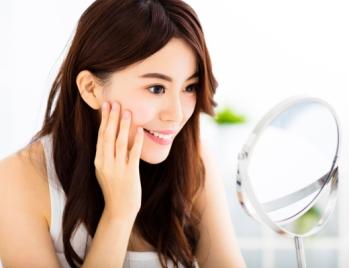 Joven japonesa mirándose al espejo. (Fuente: Doctissimo)