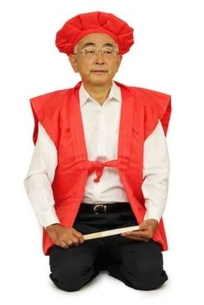 Este caballero japonés no parece muy convencido de su Kanreki. (Fuente: Ebay)