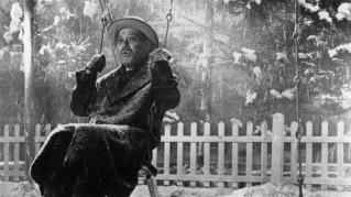 La nieve, la niebla, son elementos simbólicos en el cine de Kurosawa. Fotograma de Vivir (1952). Fuente: www.filmaffinity.com