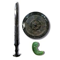 Espejo, espada y magatama, Tesoros Imperiales de Japón (Wikipedia)