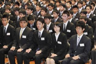 Jóvenes japoneses trajeados
