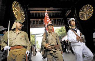 Nostálgicos del ejército imperial japonés visitan con honores el Santuario Yasukuni, asociado con el militarismo. (Fuente: Junji Kurokawa para The Korean Daily