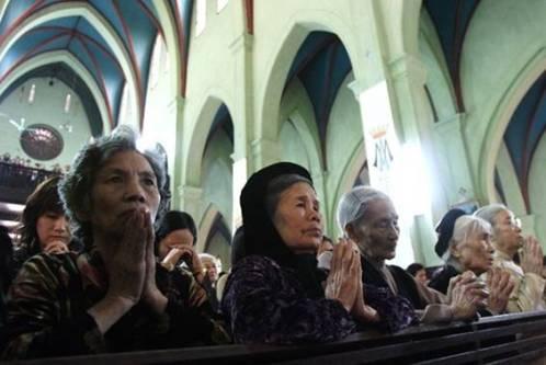 japoneses-rezando-en-una-iglesia