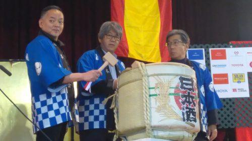 """Kagmi biraki. Esta es la parte central del rito del Mochitsuki. Kagami biraki (鏡開き, """"abrir el espejo""""), consiste en romper el kagami mochi con un mazo (que no cortarlo, porque el corte tiene en Japón connotación de """"cortar vínculos"""") y repartirlo para comerlo. Tal reparto es un gesto simbólico que gusta también a los dioses. En esta ocasión, el Embajador realizó el rito acompañado del Presidente de la Asociación de la Comunidad Japonesa de Madrid y el Presidente de la Asociación de Empresarios Japoneses de Madrid."""