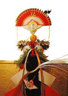 Así es el Kagami mochi. Si queréis conocer más detalles sobre su confección, ved aquí: https://www.facebook.com/japanseye/posts/981354221964725