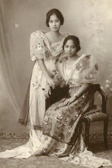Filipina de origen japonés (izquierda) posa junto a nativa. (Imagen de dominio público)
