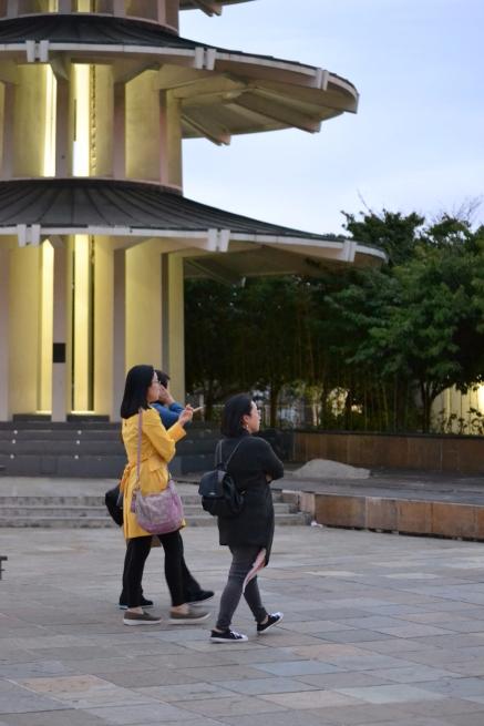 Pie de pagoda y paseantes