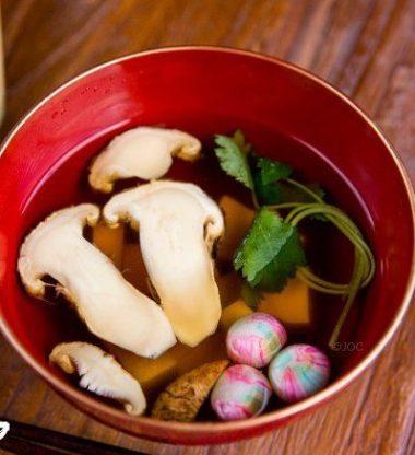 Sanma o pez saurio asado, y sopa de setas matsutake, son dos platos típicos del otoño japonés.