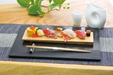 Las tablillas para servir el sushi suelen hacerse de cedro. También los recipientes de bentô. © Tablinstore