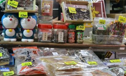 Puesto de productos envasados en el Mercado Exterior